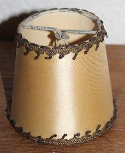 Oude brocante beige lampenkapje satijn, goudbrokaat, klein