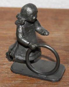 Oud vintage brocante tinnen beeldje spelend meisje hoepel