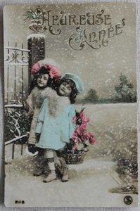 Antieke vintage brocante kerstkaart meisjes met bloemen, ingekleurd