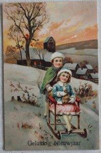 Antieke vintage brocante kerstkaart kindjes op slee, kleur