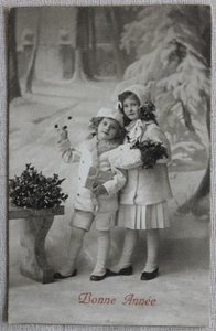 Antieke vintage brocante kerstkaart kindjes in sneeuw, sepia