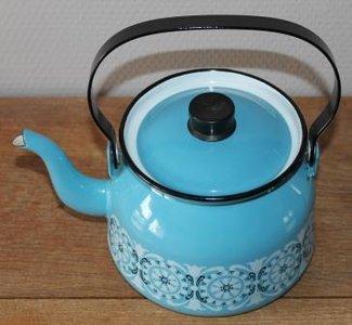 Vintage brocante lichtblauwe emaillen waterketel theepot